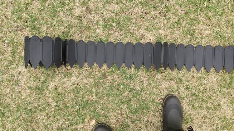 根止めアイテムを芝の上においたところ